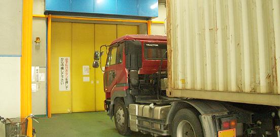 大型車両が直接出入可能な倉庫あり